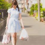 レジ袋を持つ女性
